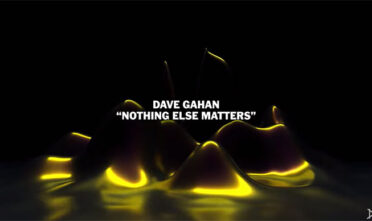 dave-gaham-perform-nothing-else-matters-by-metallica